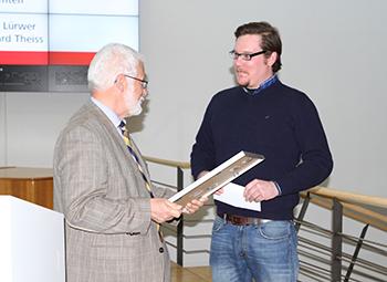 Der Vorsitzende des Fördervereins, Bernhard Theiss, überreicht die Auszeichnung