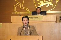 """Brigitte Scheerer als """"Anna Haag"""" im Landtag. Der Theaterpädagoge Eckhard Bade spielt den Landtagspräsidenten."""