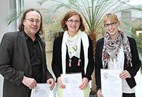 Preisträgerinnen beim Best Paper Award - Christiana Rost und Julia Seguine mit Prof. Stang