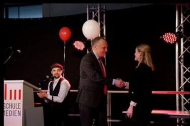Stefanie Bürk erhält den VDM-Preis auf der HdM-Absolventenfeier