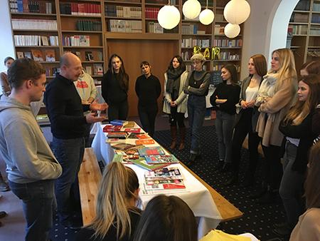 Herder-Produktionsleiter Roman Holletschek bei der Präsentation der Verlagsprodukte