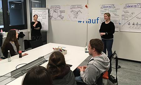 Sina Fuchs und Elke Benjes, SCRUM-Managerinnen bei Haufe, bei der Vorstellung des agilen Projektmanagements (Fotos: uhu)