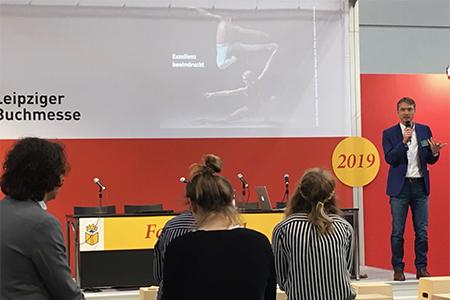 Prof. Schlüter beim Vortrag über die Zukunft der Verlagsbranche im Fachforum der Halle 5