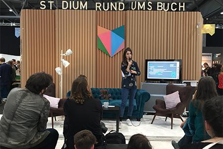 Mediapublisherin Franziska Döttling bei der Präsentation am Stand ›Studiumrund ums Buch‹ (Fotos: uhu)