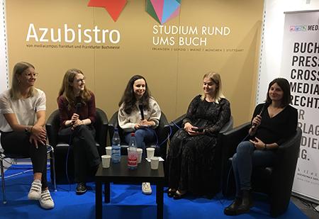 Diskussion zum Thema nachhaltiges Lernen zwischen den Mediapublishing-Alumni Irene Theiss, Jacqueline Schmidt und Julia Steurer, moderiert von Adriana Zwink (links) und Anna Tverdovska (mitte).