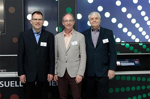 Prof. Dr. Martin Fuchs (links) übernimmt den Stab von Prof. Uwe Schulz (rechts) in der Institutsleitung mit Prof. Dr. Jens-Uwe Hahn (Mitte)