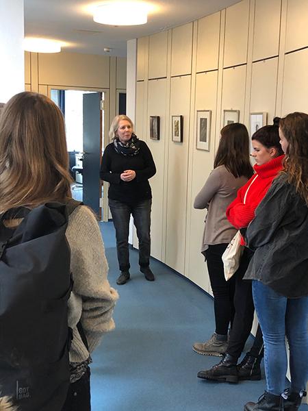 Carola Schindler erzählt den Studierenden die Geschichte des Verlags.