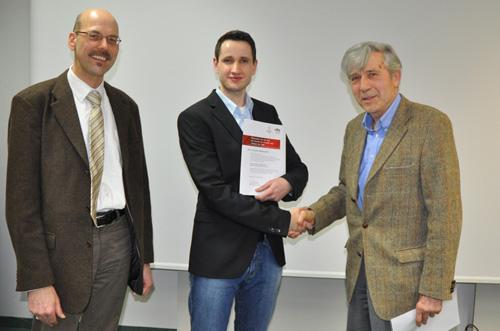 Cornelius Bauknecht (Mitte) mit Frank Seeger (ekz, links) und Prof. Andreas Papendieck (Förderverein), Foto: HdM Stuttgart/Wesser