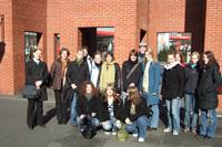 Sonnige Mentoring-Exkursion - Vor der Deutschen Nationalbibliothek