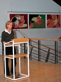 Prof. Susanne Mayer bei der Ausstellungseröffnung