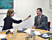 Studentin im Interview mit einem Teilnehmer des Wettbewerbs