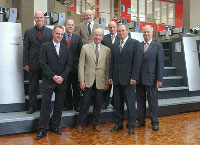 Professor Dr. Uwe Schlegel (2. von links, 1. Reihe) und Bernhard Schreier (2. von rechts, 1. Reihe) besiegeln den Kauf einer Speedmaster CD 74 für die HdM.     Foto: Heidelberger Druckmaschinen AG