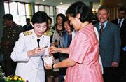 Eine Professorin der MFU (links) und die thail�ndische Prinzessin Sirindhorn bei einer Feier