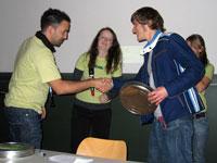 Daniel Faigle (rechts) nimmt den ersten Preis entgegen
