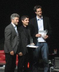 Die Conmedia-Preisträger auf der Bühne: Prof. Stephan Ferdinand mit den Studierenden Michael Neumann und Christoph Hars (Foto: Ina Lorenz)