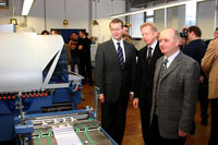 HdM-Rektor Roos, Manfred Minich, MBO, und Professor Dr. Rainer Nestler vor der Falzmaschine