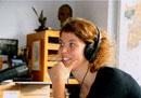 """Studentin beim Interview für Hörfunk-projekt """"Dialog der Generationen""""  (Quelle: Hohenheim-Verlag)"""