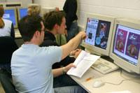 HdM-Studierende nutzen moderne Technologie und simulieren Prozesse im Labor.