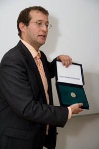 Rektor Prof. Dr. Alexander W. Roos mit dem Förderpreis