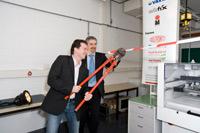 Uwe Schäfer zerschneidet das Band mit Prof. Dr. Gunter Hübner (Foto: Sven Cichowicz)