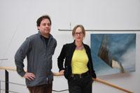 Der Künstler Boris Irmscher mit Prof. Susanne Mayer vor seinem Lieblingswerk aus der Sammlung
