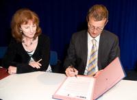 Ingrid Felgenträger und Prof. Dr. Alexander W. Roos bei der Vertragsunterzeichnung