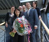 Die Preisträgerin (Mitte) mit den Gratulanten