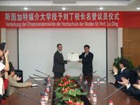 Prof. Dr. Ding Liu (rechts) mit Rektor Roos