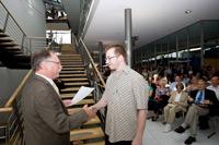 Wolfgang Weidner gratuliert Felix Flumm (Foto: Sven Cichowicz)