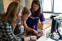 Girls'Day Besucherinnen beim Zusammenbau eines Rechners