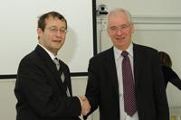 Rektor Roos (links) und Rektor McDaid besiegeln die Zusammenarbeit auch per Handschlag (Fotos: Jens Kohlhoff)