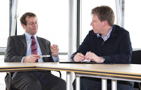 Rektor Roos (links) und Prorektor Hinkelmann