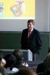 Prof. Gerd Finkbeiner in der Vorlesung (Foto: Michael Reichert)