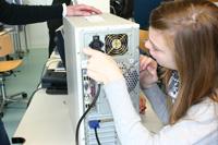 Einen Computer zusammenzubauen, ist für die Girls kein Problem.