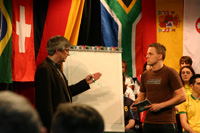 Metin Tolan (links) erläutert die Weltmeisterformel