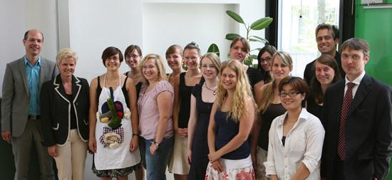 Das Projektteam mit den Vertretern von Ravensburger, Sabine Zürn und Tobias Bönsch (links), den Studierenden und Prof. Dr. Okke Schlüter (rechts)