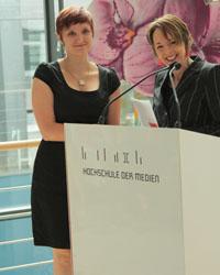 Carolin Wildner mit Laudatorin Melanie Erlewein (von links)