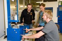 Studierende nutzen einen modernen Maschinenpark für ihre Arbeiten