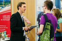 Medieninformatik Student Darius Morawiec im Beratungsgespräch