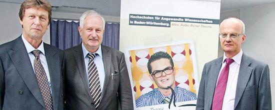 Gruppenbild mit Reiner Theorie: (v.r.n.l.) Wissenschaftsminister Prof. Dr. Peter Frankenberg, Rektor der Hochschule Reutlingen Prof. Dr. Peter Niess und Vorsitzender der Rektorenkonferenz Prof. Dr. Achim Bubenzer
