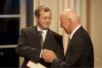 HdM-Rektor Professor Dr. Alexander W. Roos überreicht die Urkunde (Foto: Tom Oettle)