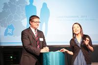 Prof. Frank Brettschneider mit der Moderatorin Aileen Elsner
