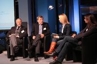 Eva Gnädig im Gespräch mit Rainer Brechtken (links), Eberhard Diepgen und Sebastian Frankenberger (rechts)