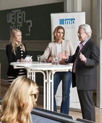 Frank Elstner mit den beiden Moderatorinnen (Fotos: HdM Stuttgart / Dominic Fuchs)