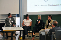 Abschlussplenum (von links): Prof. Dr. Okke Schlüter (HdM), Sigrid Lesch (Thieme Verlag), Gabriele Schmidt (PONS) und Prof. Dr. Michael Veddern (HdM)