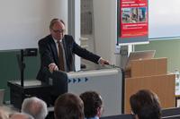 Prorektor Assmann von der Universität Tübingen hebt die Bedeutung der Forschung hervor