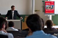 Für HdM-Rektor Prof. Dr. Alexander W. Roos ist das Kolleg ein Trupmf