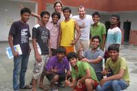 """Dozenten und Teilnehmer des Fotografieworkshops in einem der """"Saalam Baalak Trust"""" Shelter Homes"""