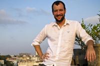 Wolfgang Kuhnle auf der Dachterrasse seiner Wohnung in Paharganj, Delhi