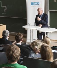 Dr. Wieland Backes, Honorarprofessor der HdM, moderierte den Gast an